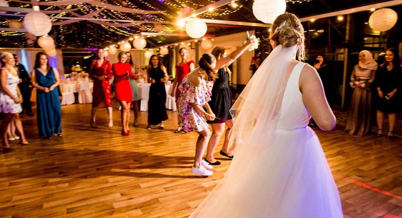 Brautstrausswurf, Brautstrauß werfen